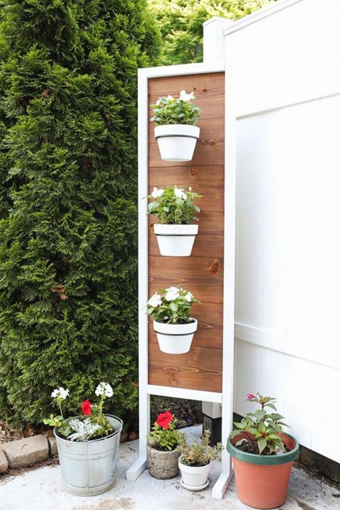 solution maligne pour aménager un jardin vertical sur un balcon ou dans un petit jardin, porte-plantes en bois avec pieds et cadre métallique