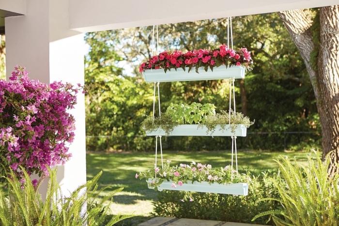 faire un joli jardin suspendu fleuri avec trois gouttières recyclées, jardinière suspendue qui fleurit la véranda