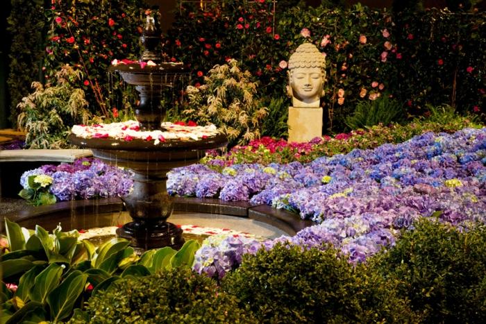joli jardin zen, modele de parterre de fleurs autour d'un lac, fontaine de jardin classique, statue bouddha