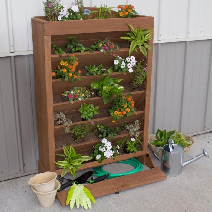 une jardiniere haute sur pieds en bois à sept étages pour fleurir un petit balcon ou terrasse
