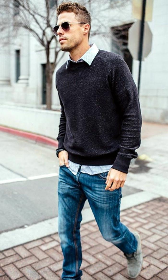 pull over noir combiné avec jeans clairs pour un smart casual dress code, idée quelles chaussures pour tenue professionnel semi casual