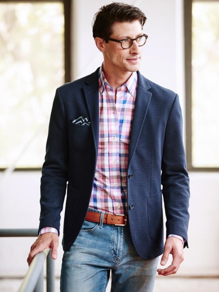 idée pour une tenue de soirée homme decontracté avec jeans clairs et chemise sous veste bleu foncé, accessoires homme stylé