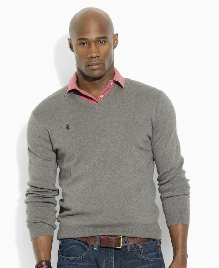 idée pour une tenue de soirée homme decontracté avec jeans foncés et chemise rose sous pull over gris clair avec accessoires ceinture et bracelet en cuir