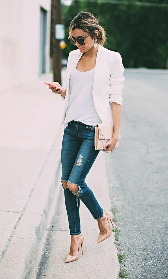 comment porter ses cheveux pour un look business femme, idée tenue professionnelle avec jeans et blazer blanc