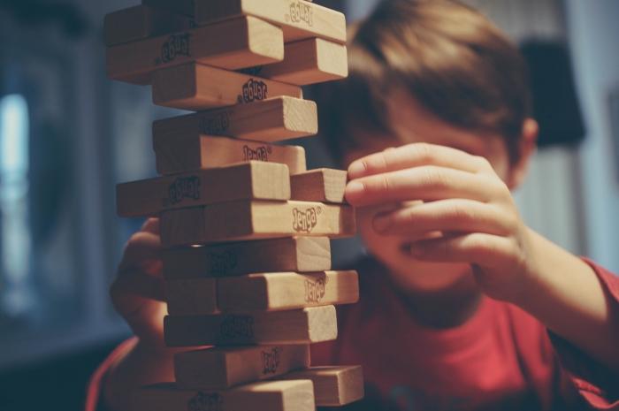 Enfant qui jeu à Jenga, robot apprend à jouer à Jenga, quel est le futur de l'apprentissage automatique