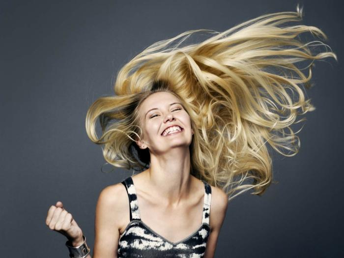 femme blonde, débardeur noir et blanc, couleur cheveux blond, femme qui danse