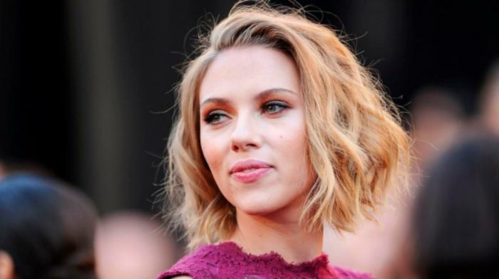 Scarlett Johansson, cheveux blonds, coupe carré mi long, frange de côté, carré blond wavy