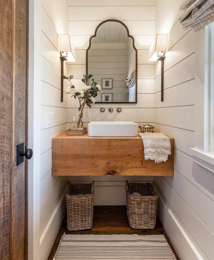 comptoir en bois, vasque à poser blanche, deux paniers tressés, miroir baroque, lattes peintes blanches