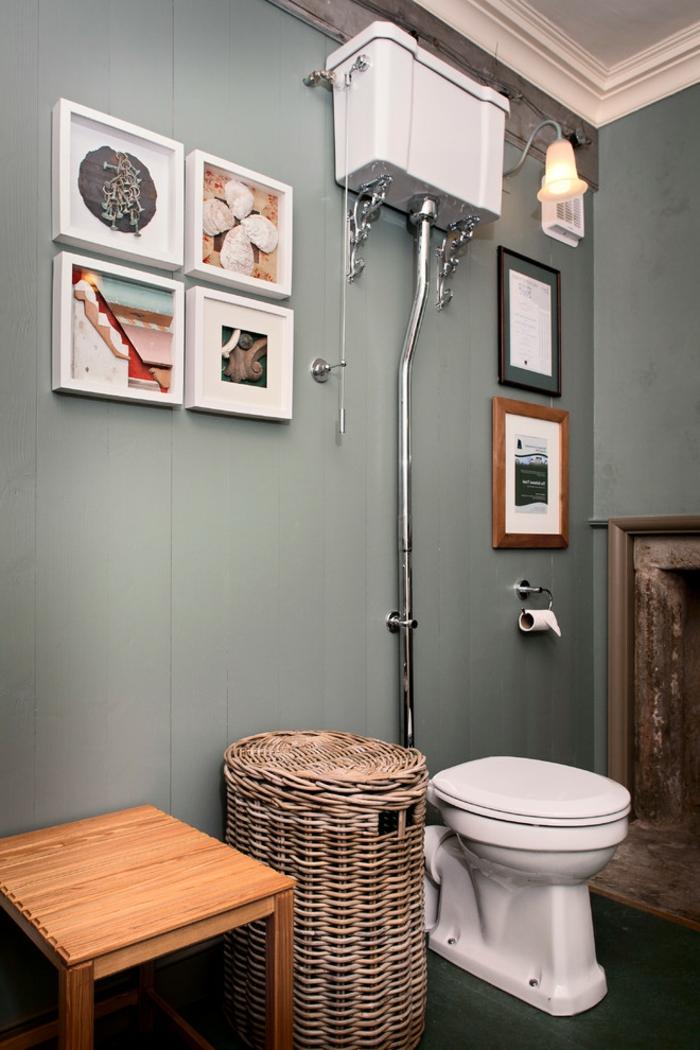 amenagement toilette, panier tressé, peintures encadrées blanches, petit tabouret en bois