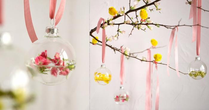 déco de paques arbre, décoration de pâques à faire soi-même, boule transparente accrochée à un ruban rose