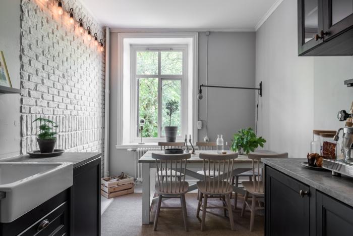 cuisine coquette en gris et blanc, table blanche avec chaises peintes blanches, peinture murale gris clair, briques blanches, lavabo rectangulaire