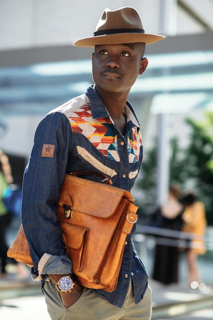 sac marron, chemise homme motifs ethniques, chapeau à périphérie, tenue africaine homme