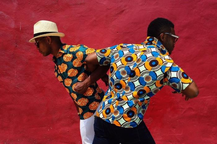 chemise africaine homme, deux hommes africains en tenue wax, chapeau périphérie beige, pantalons stylés