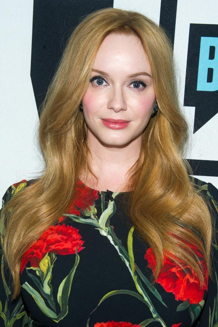 longs cheveux blonds, robe noire à fleurs rouges, blond foncé doré, eyeliner noir