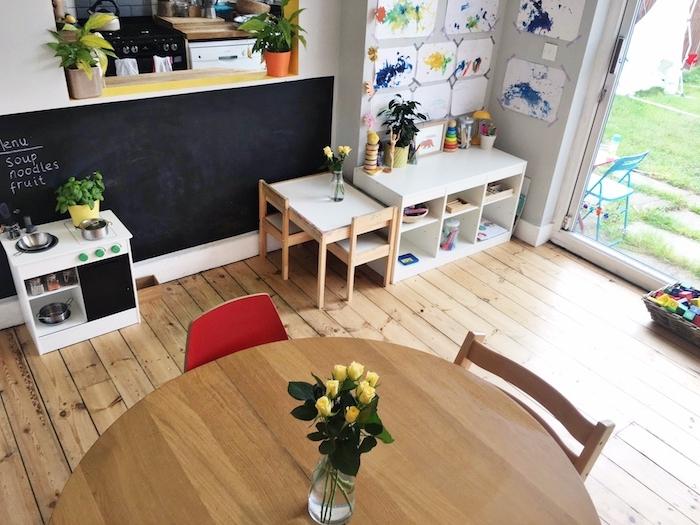 montessori à la maison dans la salle à manger, tableau ardoise, cuisine enfant, coin d activité enfant avec etagere basse pour ranger joeuts