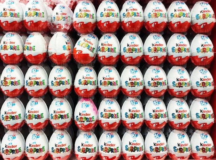Kinder oeufs au chocolat, surprise pour les enfants et chocolat pour les grands, image de paques gratuit, image de pâques photo de printemps