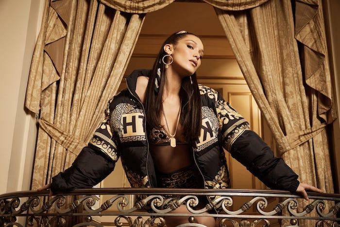 Photo de mode, Bella Hadid dans un balcon théâtral intérieur, grands rideaux baroque décoration, look décontracté sportswear