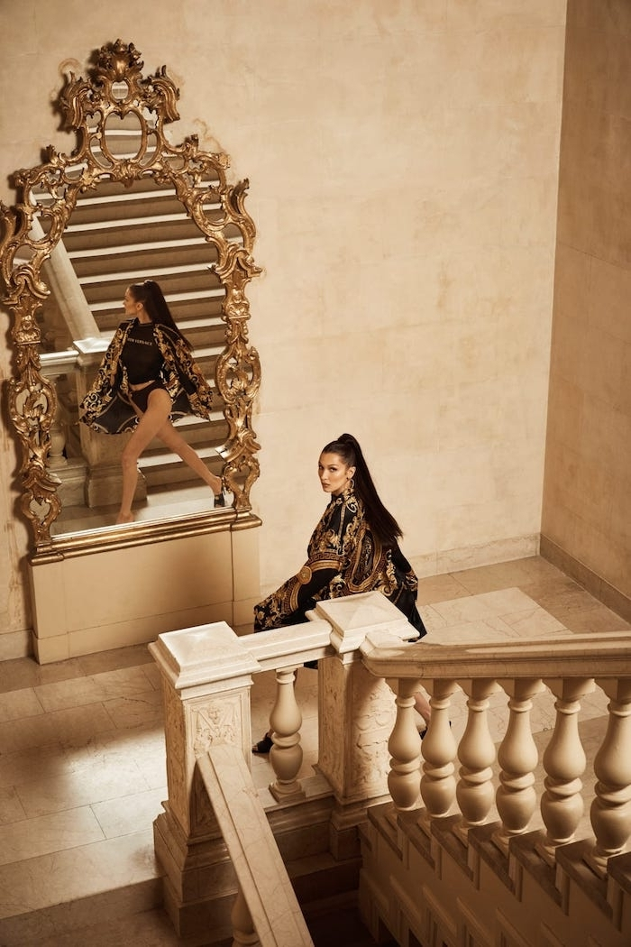 collaboration Kith x Versace, Bella Hadid photo pour la nouvelle collection de Kith en collaboration avec la marque italienne Versace, miroir baroque, grand escalier, photo de mode