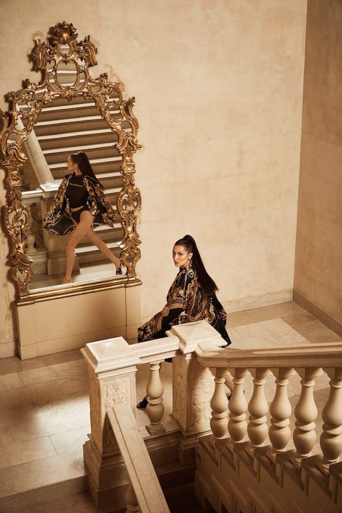 collaboration Kith x Versace, Bella Hadid photo pour la nouvelle collection de Kith en collaboration avec la marque italienne Versace, miroir baroque, grand escalier, photo de mode