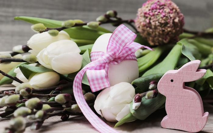 Tulipes blanches, décoratif lapin rose bois, carte joyeuses pâques, belle image joyeuses paques en bonne humeur