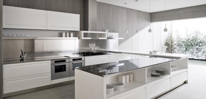 agencement cuisine en longueur avec îlot et bar, déco de cuisine au plafond blanc et murs gris avec armoires blanches
