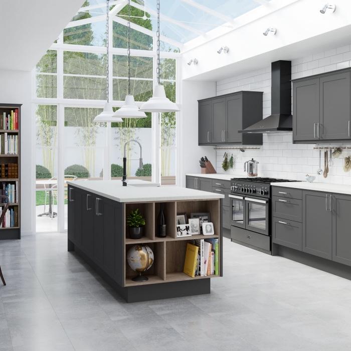 modèle de cuisine moderne blanche, aménagement cuisine en longueur avec îlot central, idée rangement ouvert intégré dans îlot central