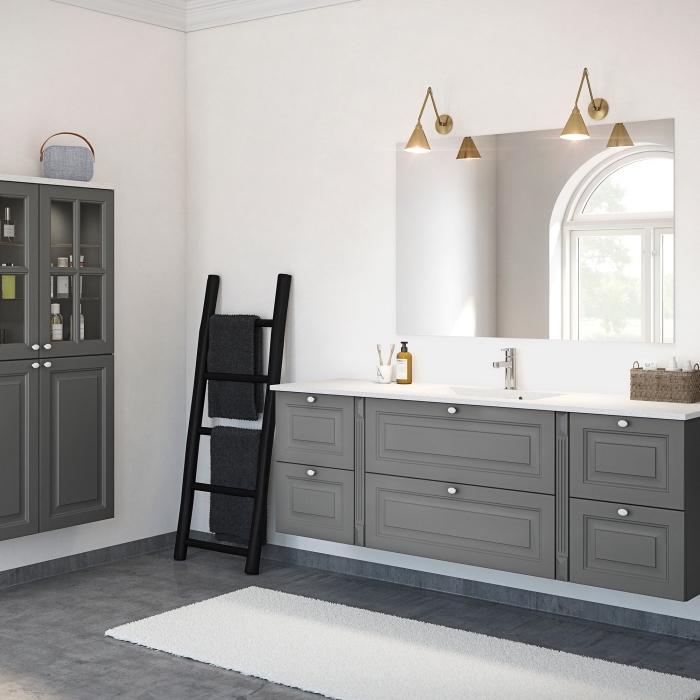 comment relooker une échelle avec peinture noire, image salle de bain rénovée avec carreaux design béton et meubles repeints en gris