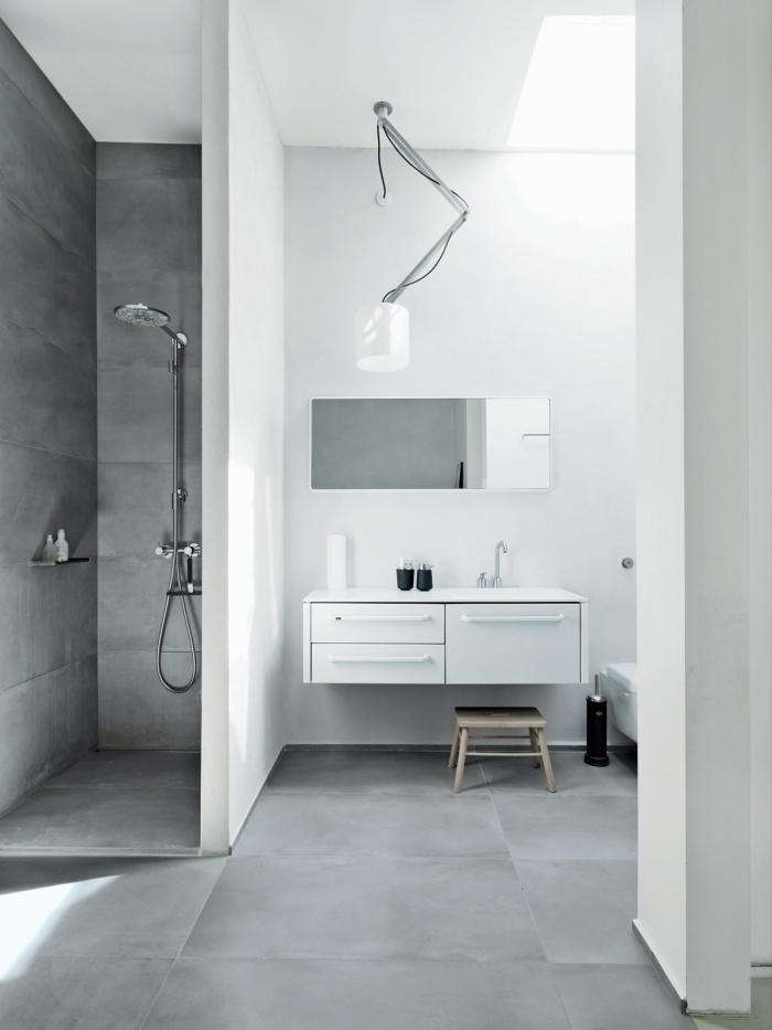comment assortir le blanc et le gris dans un intérieur salle de bain contemporaine, idée carrelage salle de bain