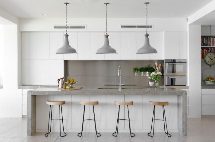 idée cuisine laqué blanc avec îlot, déco de style contemporain avec îlot design brut béton, modèle lampe suspendue grise