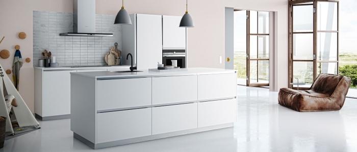 peinture couleur tendance moderne, exemple de cuisine aux murs rose pastel avec équipement gris clair et blanc