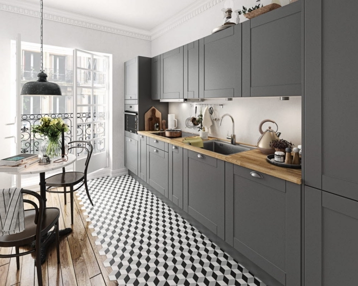 idée comment décorer une petite cuisine en longueur, cuisine traditionnelle aux murs blancs avec armoires gris foncé modernes