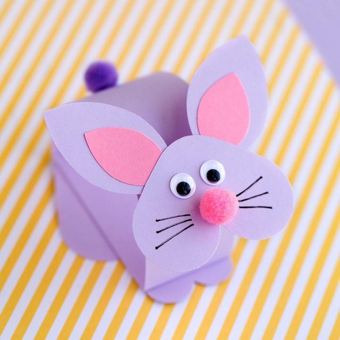 lapin 3d en papier violet et oreilles papier rose, nez en pompon rose, des yeux mobiles et moustaches dessinés