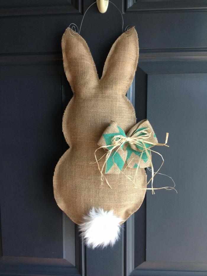 déco de porte d'entrée pour paques, lapin en toile de jute avec queue blanche, deco paques