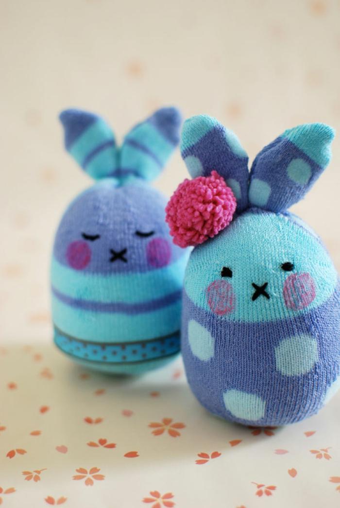 lapins en chaussettes bleues, pompon rose cousu aux oreilles, yeux et bouche cousus