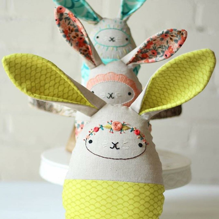 lapins en textile aux longues oreilles, decoration de pâques figures de lapins à coudre