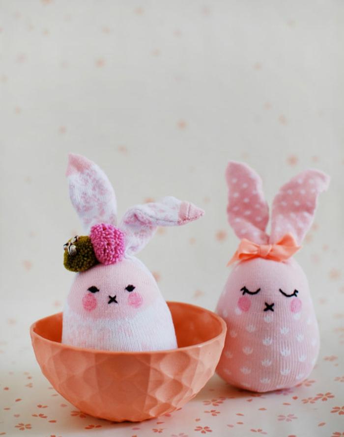 lapins en rose et blanc fabriqués avec chaussettes pointillées, pompons et ruban cousus, bol orange