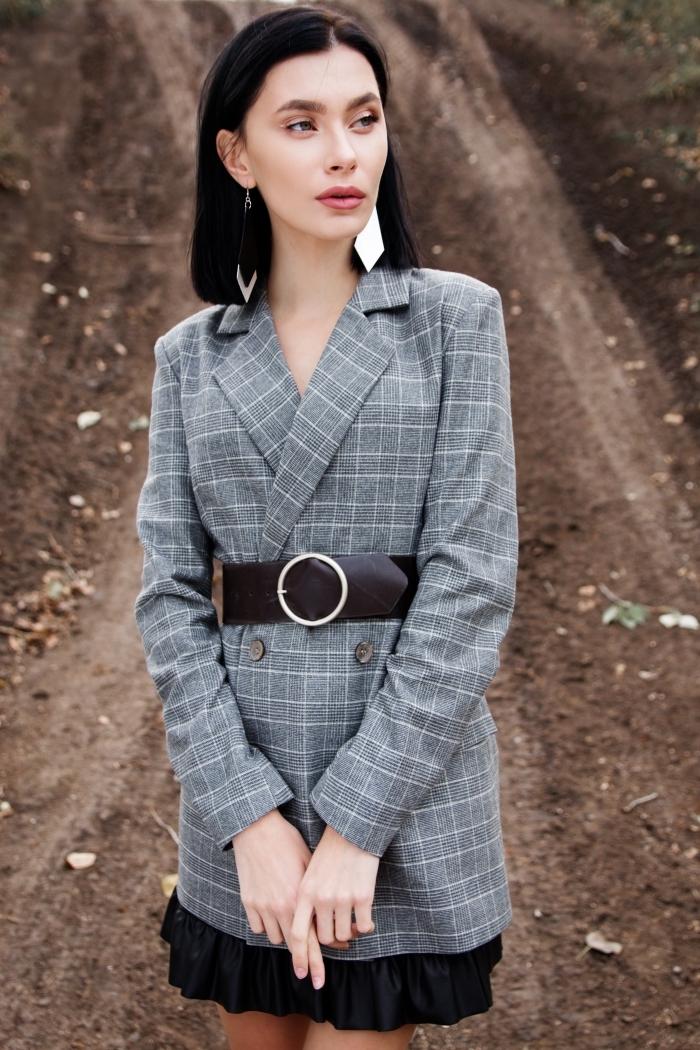 look femme d'affaire avec une jupe plissée courte et noir, modèle de blazer femme carreaux gris, coupe carré cheveux épais