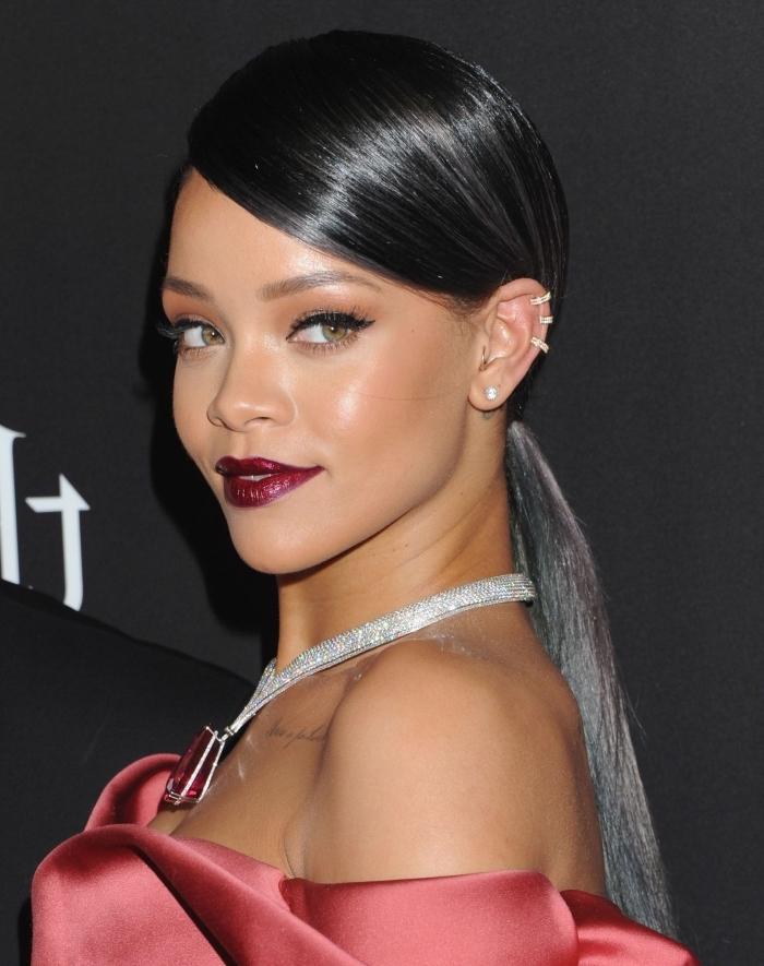 coiffure célébrité de Rihanna, idée mèches grises sur cheveux noirs, comment porter les cheveux épais en queue de cheval