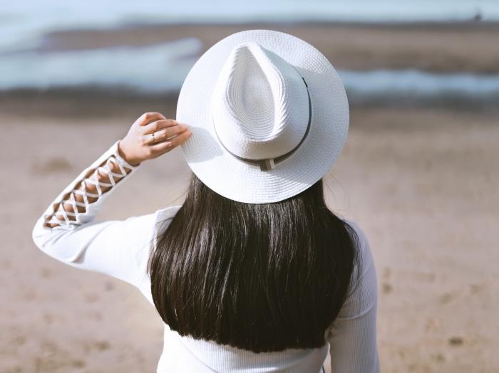 exemple de cheveux épais avec la technique de lissage permanent brésilien, coiffure femme cheveux lâchés raides avec accessoire capeline