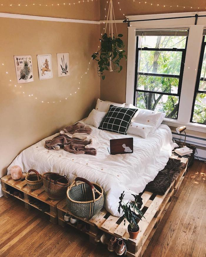 Joliment décoré chambre tumblr, lit en palettes, baskets décoratives, deco chambre ado hipster intérieur, guirlande lumineuse sur le toit