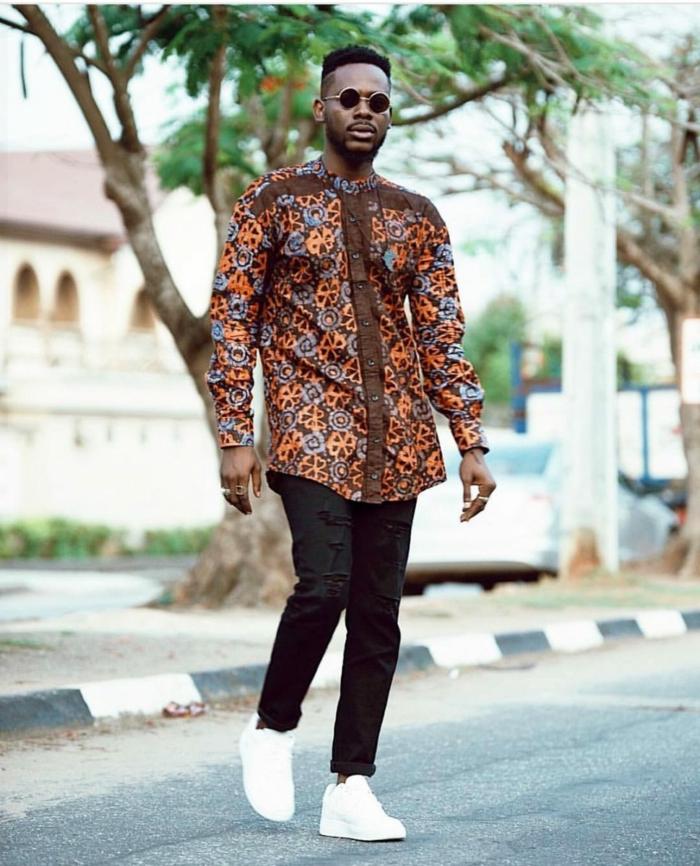 denim déchiré, longue chemise en tissu africain, dessin aux couleurs d'afrique, lunettes de soleil rondes,