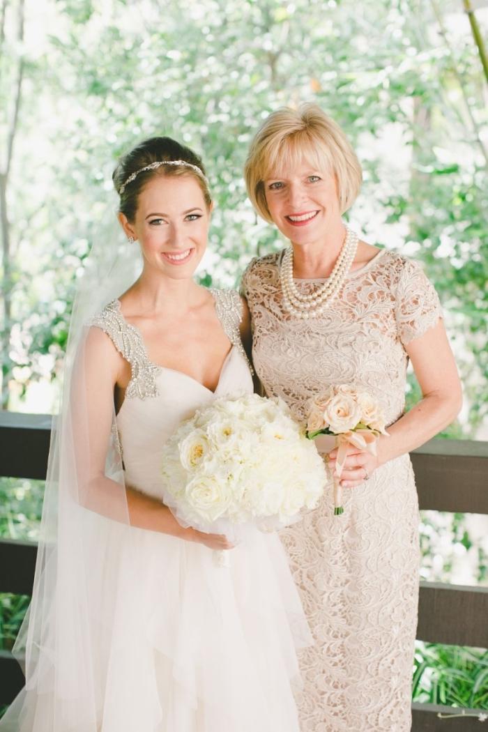 une tenue mariage femme 50 ans, robe longue en dentelle aux manches courtes avec un collier de perles
