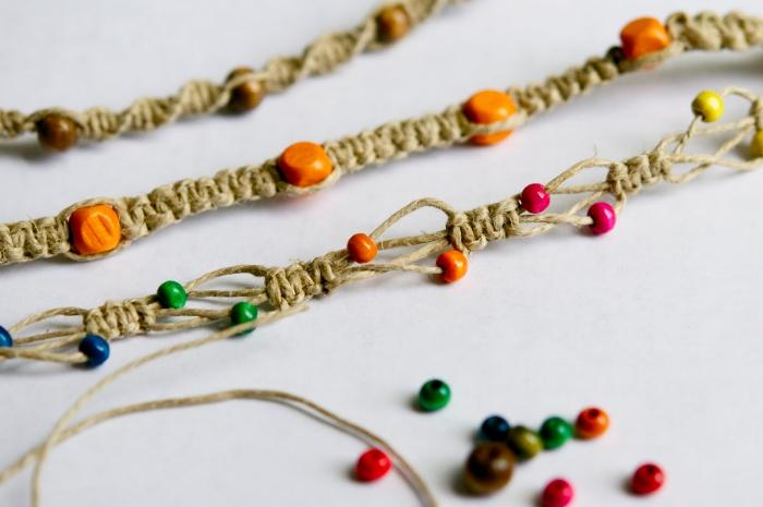 créer des bijoux avec noeud macramé facile, exemple de bracelet en corde macramé avec perles intégrées en bois coloré
