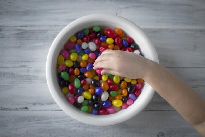 Dragées dans bol blanche, image de paques gratuit joyeuses paques images, printemps photographie, enfant qui prends un
