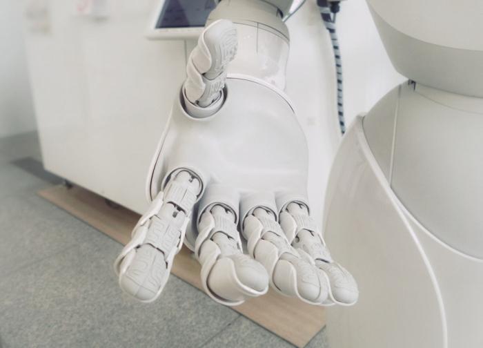 Idée pour le futur de l'intelligence artificielle, robot apprend à jouer à Jenga, main robotique blache