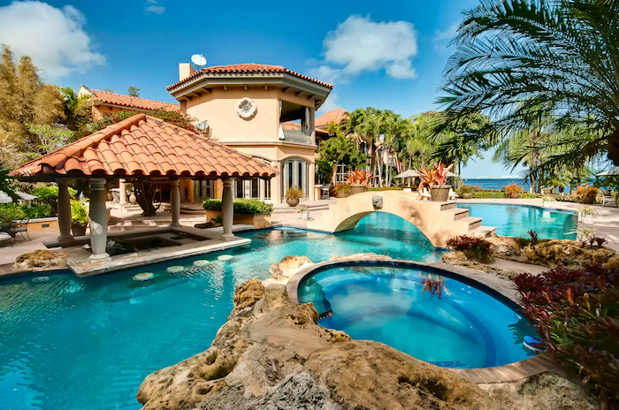 Les plus belles piscines du monde, image de piscine créé autour d'une piscine naturelle avec vue magnifique de la mer