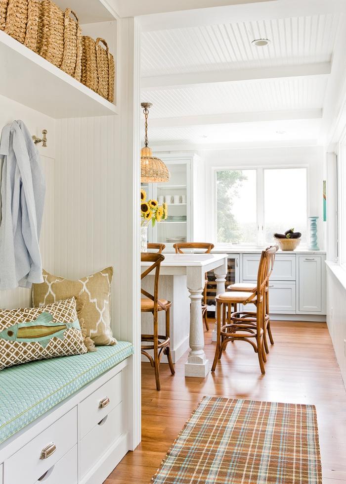 cuisine style bord de mer à deco bistrot, paniers tressés, chaises bistrot, lampe en rotin, porte manteau avec banquette