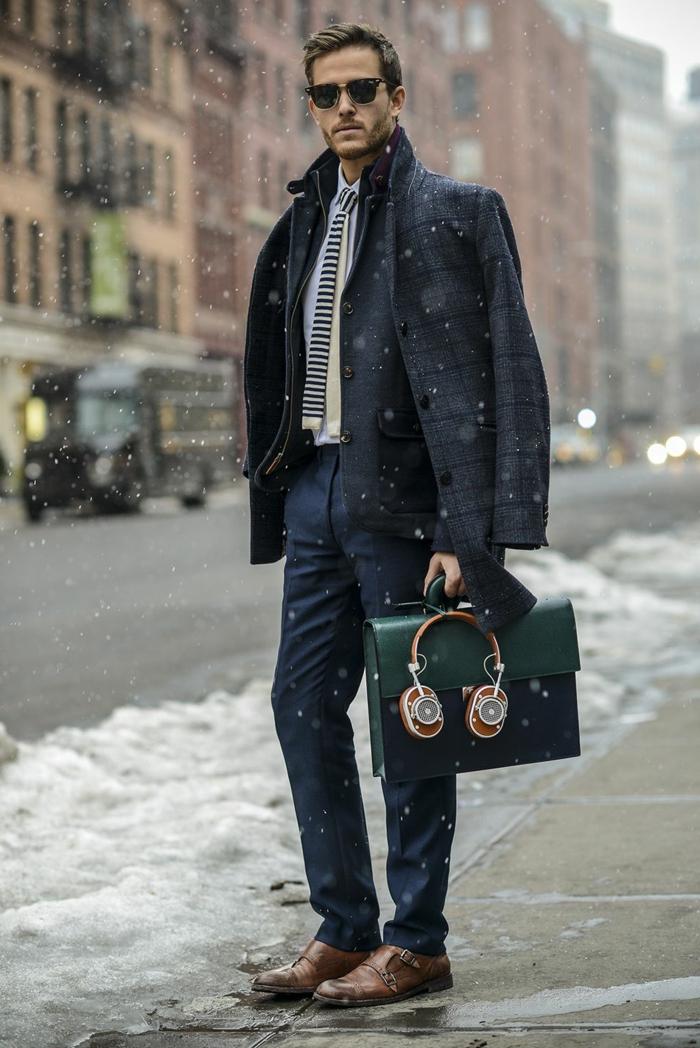 accessoires et bijoux pour tenue soirée homme, quelles chaussures pour un look homme d'affaire, modèle sac à main en cuir vert homme