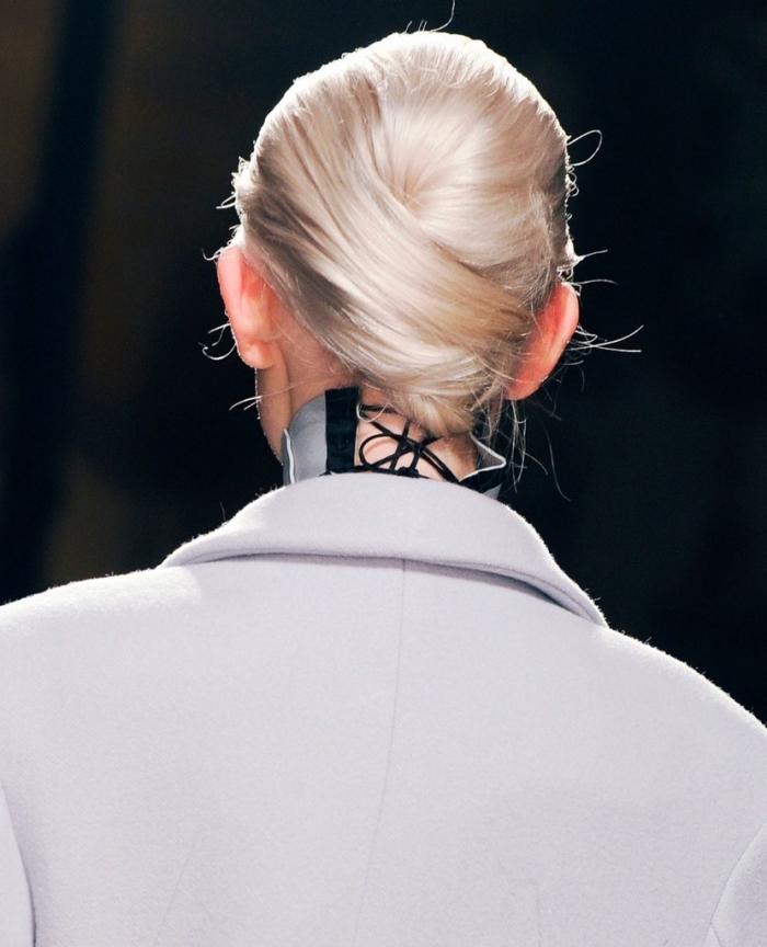 idée comment porter les cheveux souples, exemple coloration blond blanc pour cheveux châtain clair, coiffure cheveux attachés en chignon
