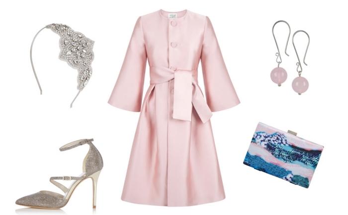 les accessoires indispensables pour accompagner une robe de soirée courte, manteau élégant rose poudré avec manches évasées et ceinture